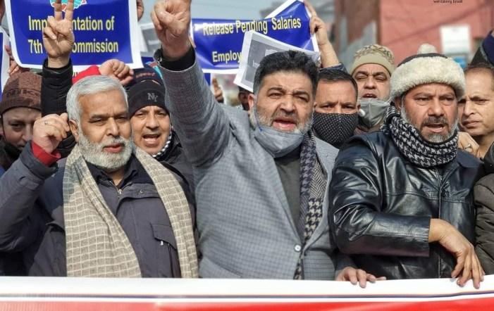 مختلف پبلک سیکٹر محکموں کے ملازمین کا سری نگر میں احتجاج