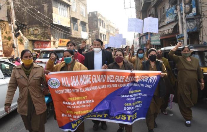 جموں میں ہوم گارڈز کا اپنے مطالبات کے حق میں احتجاج