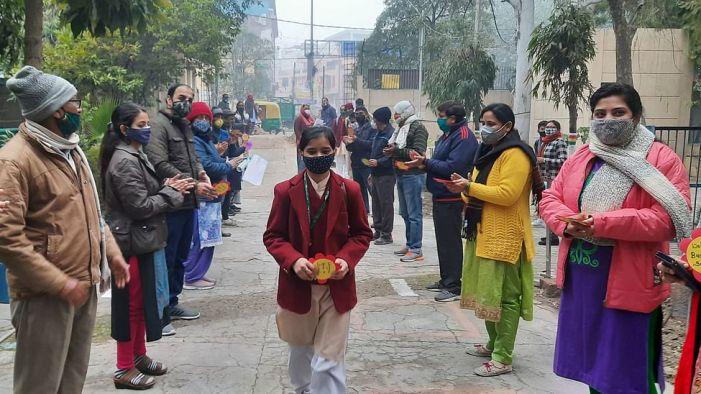 دہلی میں 9ویں اور 11ویں جماعت کے لیے کھولے گیے اسکول، کورونا کی احتیاطی تدابیر پر عمل کرنا لازمی