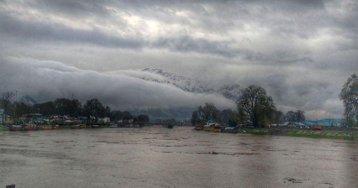 کشمیر: بالائی علاقوں میں برف باری، میدانی علاقوں میں بارشیں