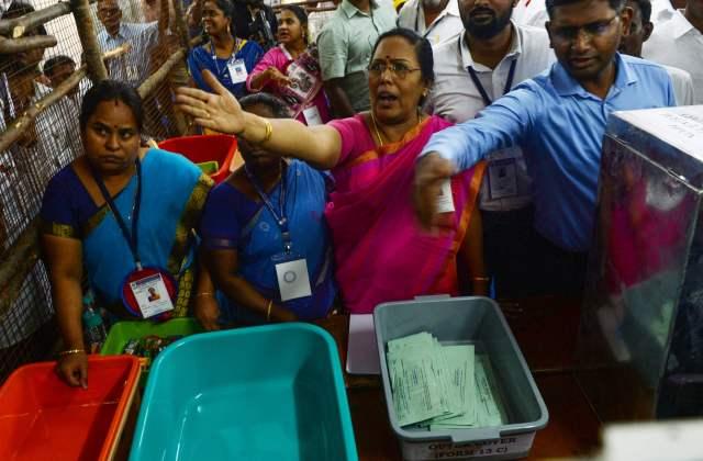 انتخابی عملہ ووٹ گننے میں مصروف
