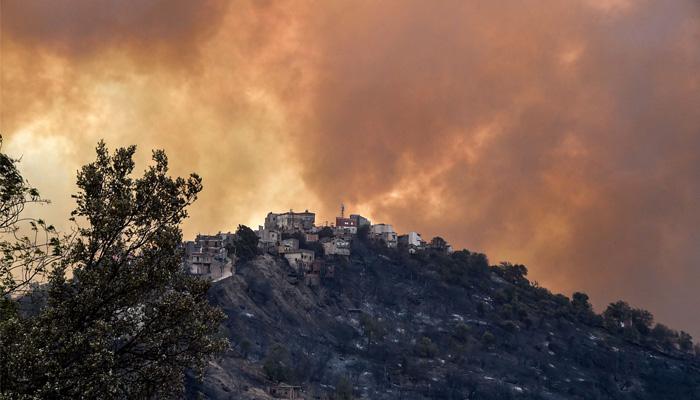 شمالی افریقی ملک الجزائر میں لگی جنگلاتی آگ سے اموات کی تعداد 65 ہوگئی ہے —فوٹو: اے ایف پی