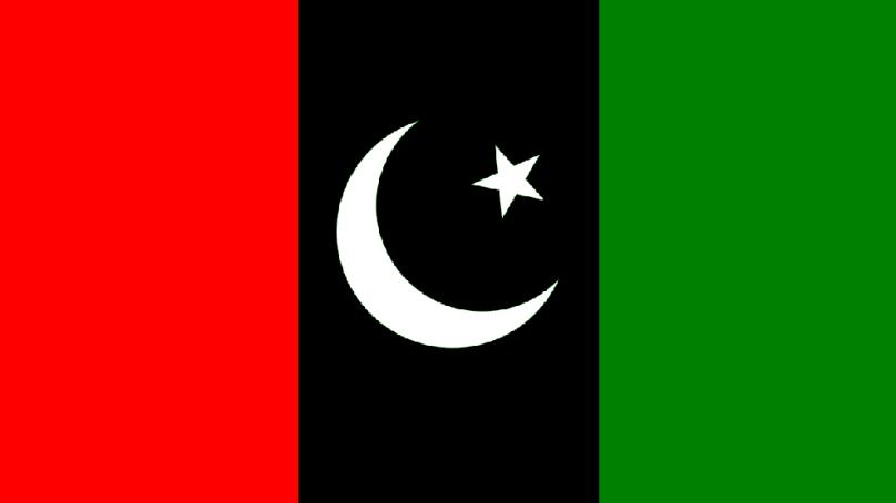 صوبائی حکومت پیپلز پارٹی کی سابقہ حکومت کے خلاف الزامات بھی لگاتے اورسابق حکومت کے منصوبوں پر تختیاں بھی تبدیل کرتے ہیں۔ پاکستان پیپلز پارٹی گلگت