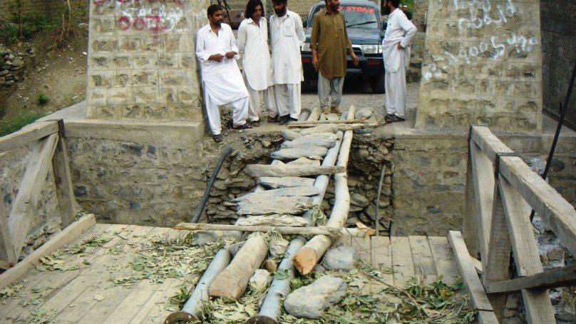 چترال کے مضافاتی علاقے جغور میں ابھی تک لکڑی کا پُل حطرناک حالت میں پڑا ہے