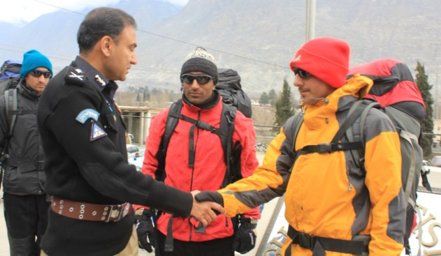 (Gilgit)IGP GB Zaffar Iqbal awan shaking hand with personnels of high altitute police unit
