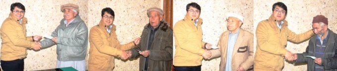 ڈپٹی کمشنر ہنزہ نگر قراقرم ہائے وے توسیعی منصوبے کی زد میں انے والے افراد کو زمینوں کے معاوضے کے چک دے رہے ہیں