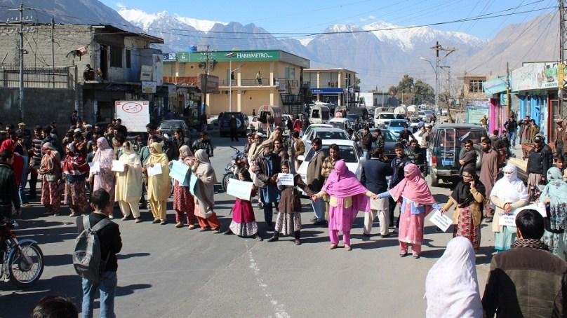 پانی دو، بجلی دو کے نعرے لگاتی ذولفیقار کالونی گلگت کی خواتین سڑکوں پر نکل آئیں