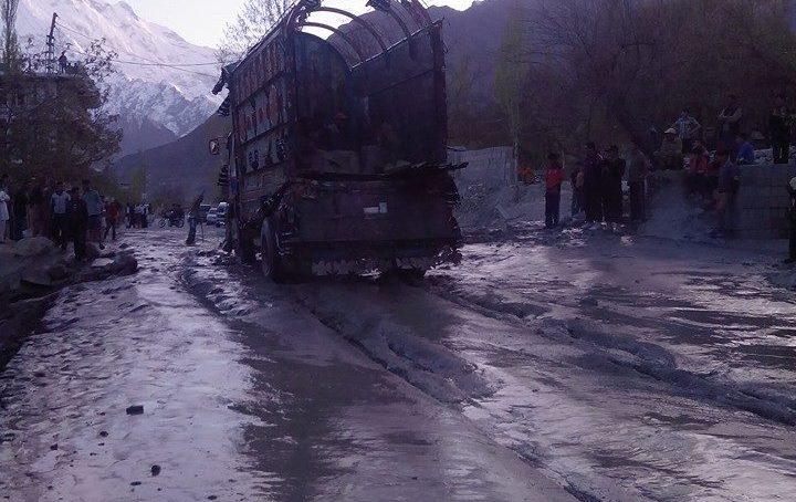 کلوٹ سے سیلابی ریلہ گزارنے کی انوکھی انجنیرنگ ناکام، علی آباد ہنزہ میں شاہراہ قراقرم پانچ گھنٹے بند رہا