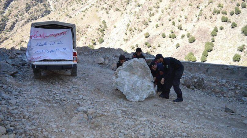 چترال،  زلزلہ متاثرین میں امداد کی تقسیم کےمعاملےپر نائب تحصیلدار دروش کے خلاف عوامی شکایات، اعلیٰ حکام نوٹس لیں