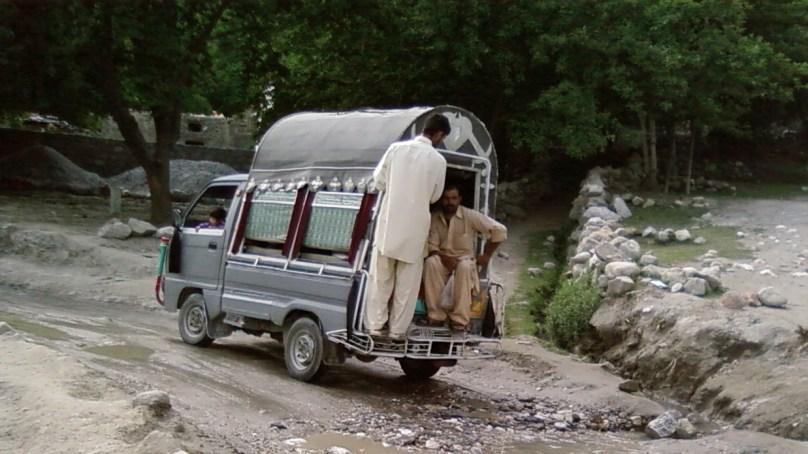 کریم آباد ہنزہ روٹ پر چلنے والے سوزوکی مالکان اور ڈرائیورز بپھر گئے، نیا کرایہ نامہ مسترد، ہڑتال جاری
