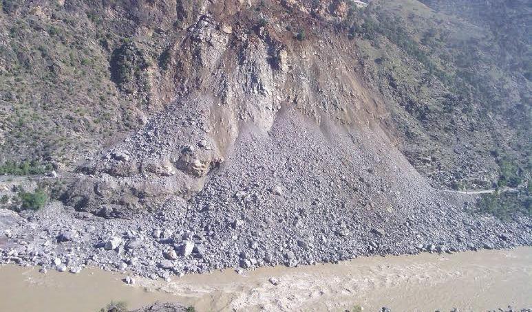 کوہستان کے علاقے چوچنگ میں زمینی تودہ گرنے سے شاہراہ قراقرم ایک بار پھر بلاک ہوگیا