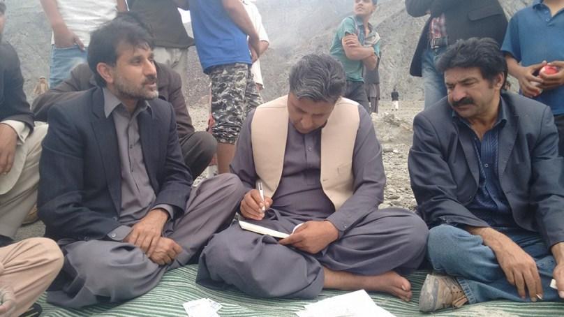 پیپلز پارٹی کے رہنماوں نے جلال آباد اور اوشکھنداس کا دورہ کیا، بے گھر متاثرین میں ڈھائی لاکھ کے امدادی چیکس تقسیم کئے