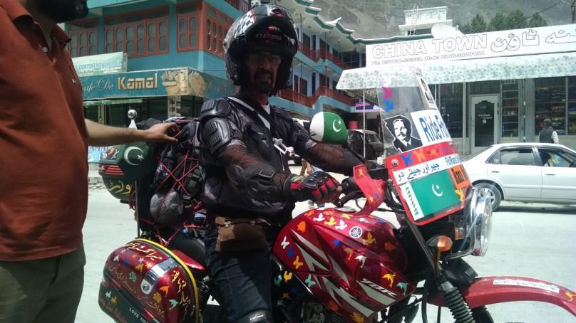 لاہور سے امن کا پیغام لے کر سفر کرنے والے بائیک رائیڈر شاہد رانا ہنزہ پہنچ گئے