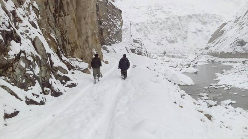 شگر: غوڑو کو سکردو سے ملانے والا پل شدید برفباری سے گر گیا، گاڑی اور موٹر سائیکل کو شدید نقصان