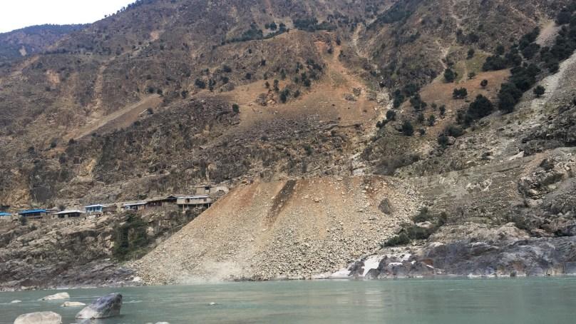 داسو ڈیم کی تعمیراتی کمپنی ملبے کو دریا میں گرا کر ماحول کو آلودہ کررہا ہے