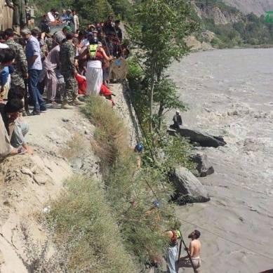 اندوہناک حادثہ: ضلع چترال میں بلچ کے قریب مسافر گاڑی دریا میں گرنے سے 7 افراد لاپتہ، 7 زخمی ہوگئے