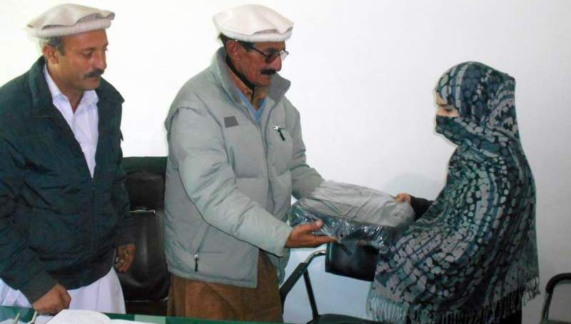 چترال: نائبر ہوڈ کونسل زرگراندہ کی طرف سے میٹرک میں نمایاں پوزیشن لینےوالی طالبہ کو لیپ ٹاپ کا انعام