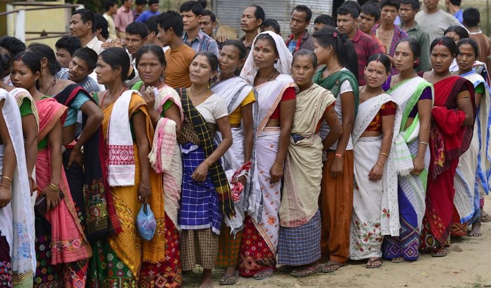 Гласоподаватели чакат пред изборните секции в щат Ассам. Снимка: EPA/БГНЕС