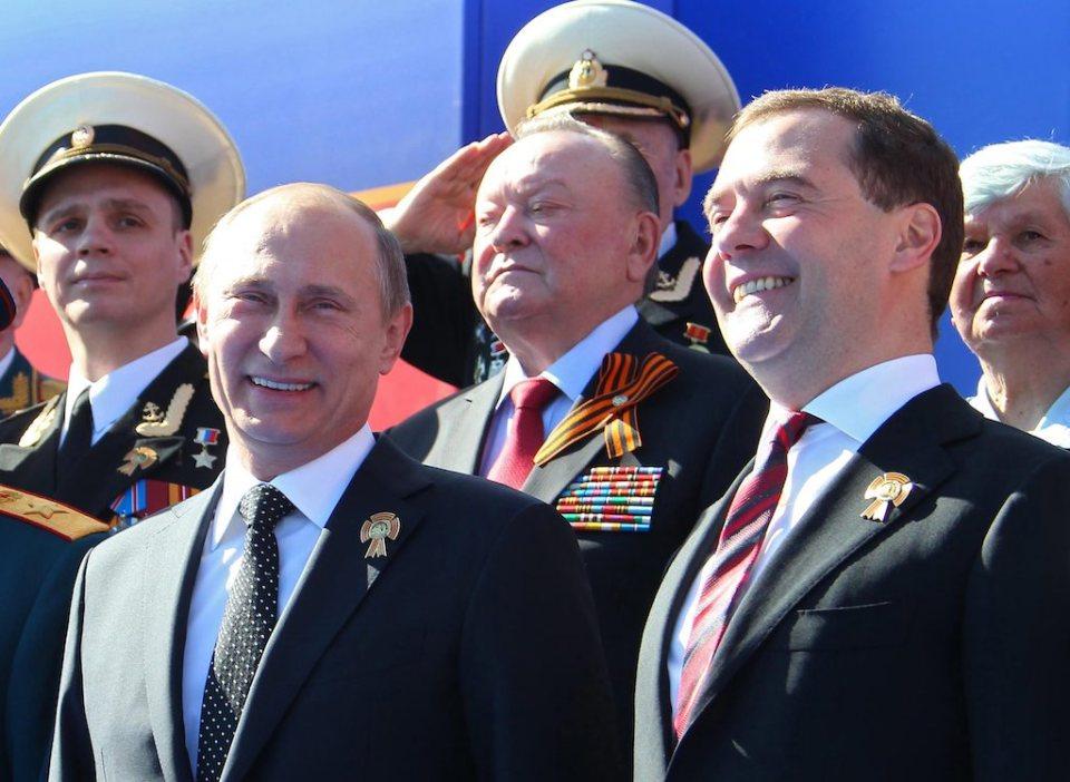 Путин и Медведев по време на миналогодишния военен парад за Деня на победата в Москва Снимка: EPA/БГНЕС