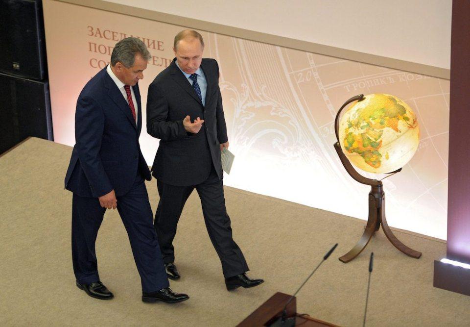 Президентът на Русия Владимир Путин разговаря с министъра на отбраната Сергей Шойгу