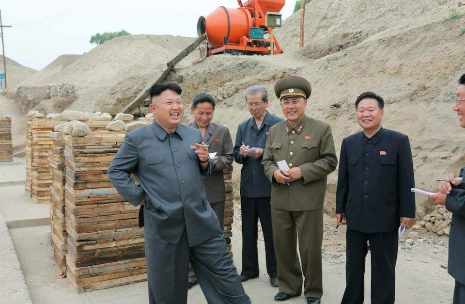 Лидерът на Северна Корея Ким Чен Ун се забавлява по време на посещение на о. Сук Снимка: EPA/БГНЕС