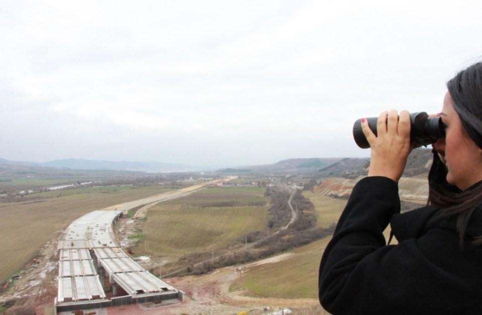 Лиляна Павлова инспектира строителството на магистралата. Снимка: МРРБ