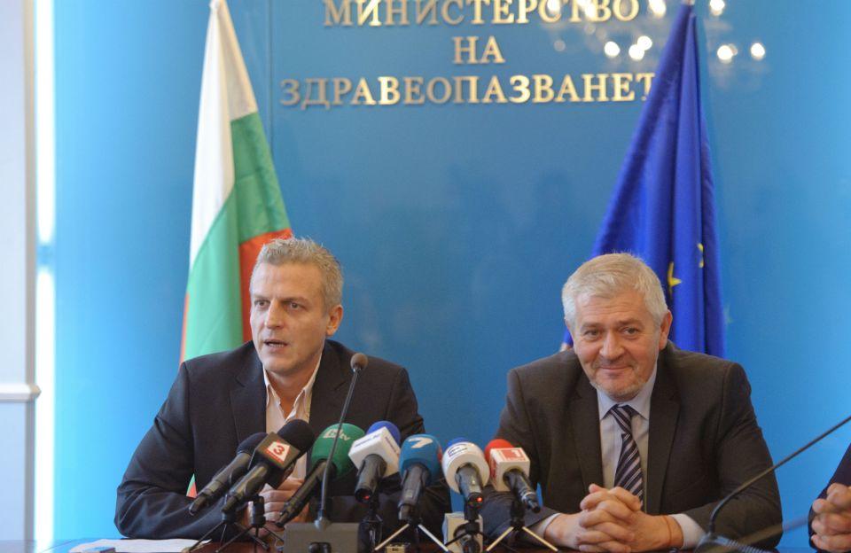 Здравният министър д-р Петър Москов (вляво) и заместникът му - д-р Ваньо Шарков. Снимка: БГНЕС