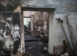 Обстрелът е превърнал домове в Донецка област в руини.
