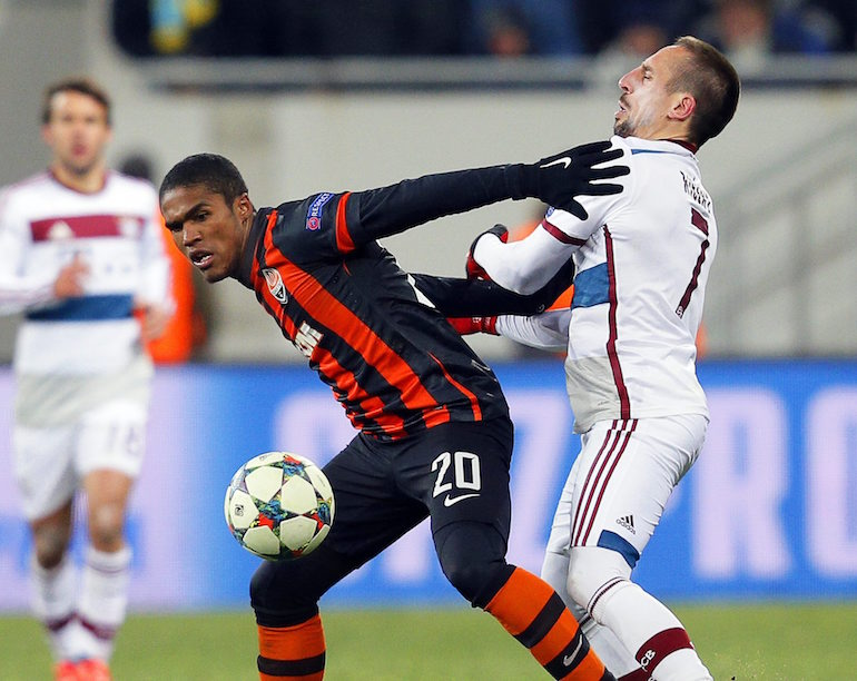 Дъглас Коща се бори за топката с Франк Рибери ©EPA/БГНЕС