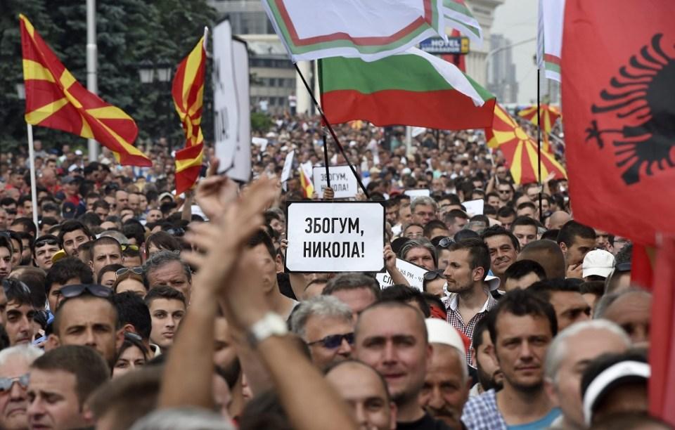 Протестиращи развяват македонското, албанското и българското знаме по време на демонстрацията. Снимка: EPA/ БГНЕС