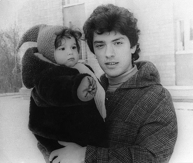Борис Немцов с малката Жана, която се ражда, докато е студент.