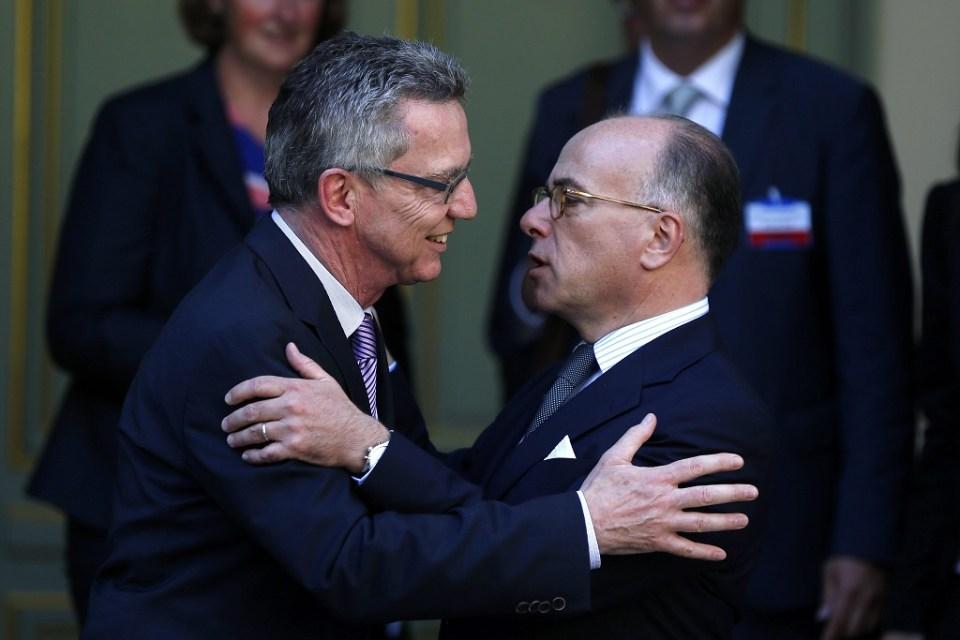 Германският вътрешен министър Томас де Мезиер и френският му колега Бернар Казньов. Снимка: EPA/ БГНЕС