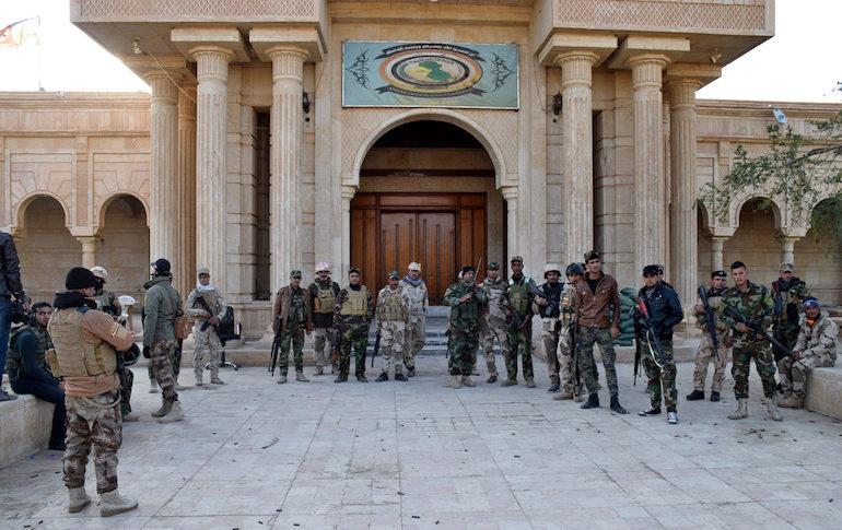 Иракските сили за сигурност позират за снимка пред командния център на ИД в Рамади ©EPA/БГНЕС