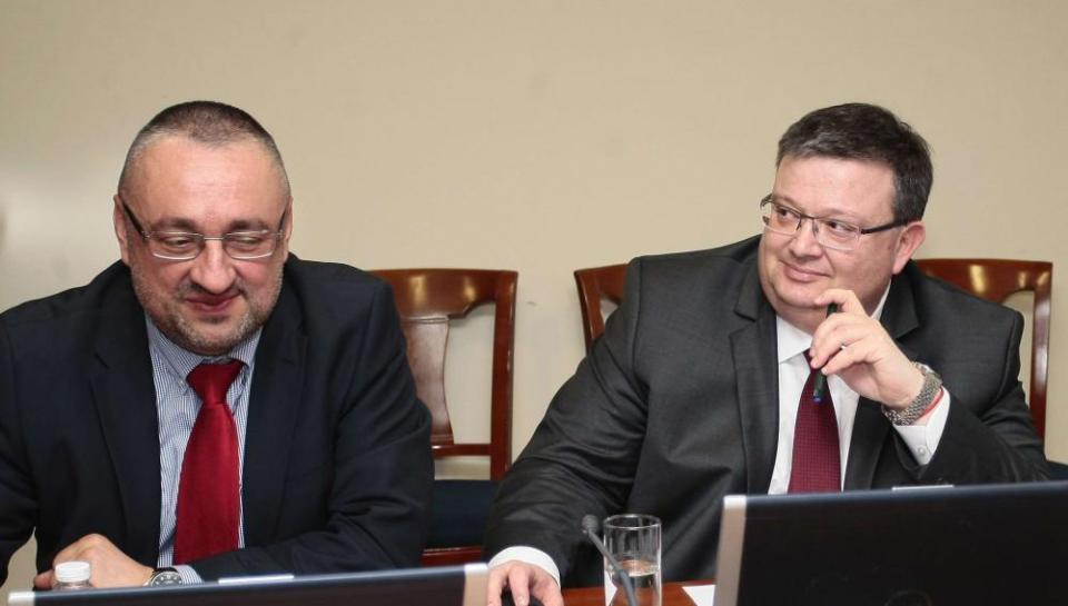 Председателят на Етичната комисия към ВСС Ясен Тодоров (вляво) и главният прокурор Сотир Цацаров.