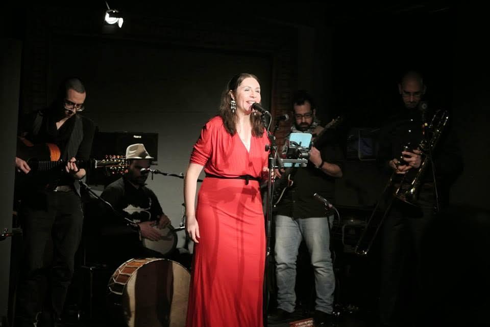 Анна и групата й по време на концерт