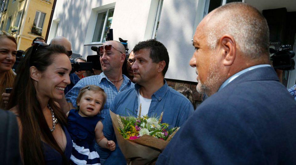 С цветя, тъпани и ключ от саниран блок беше срещнат днес премиерът Бойко Борисов