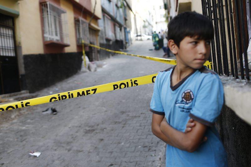 Дете пред полицейска лента след атентата в Газиентеп ©EPA/БГНЕС