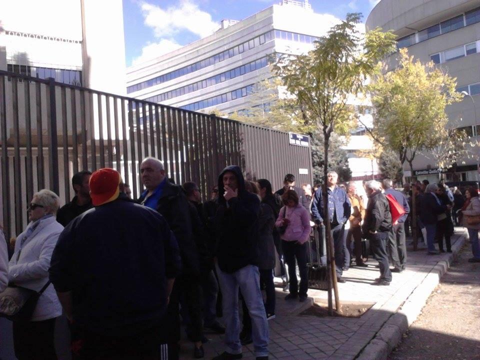 Опашката пред посолството в Мадрид. Снимка: БГНЕС