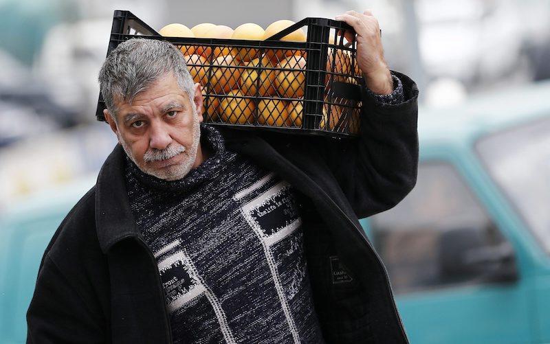Турски работник на пазар, ©EPA/БГНЕС