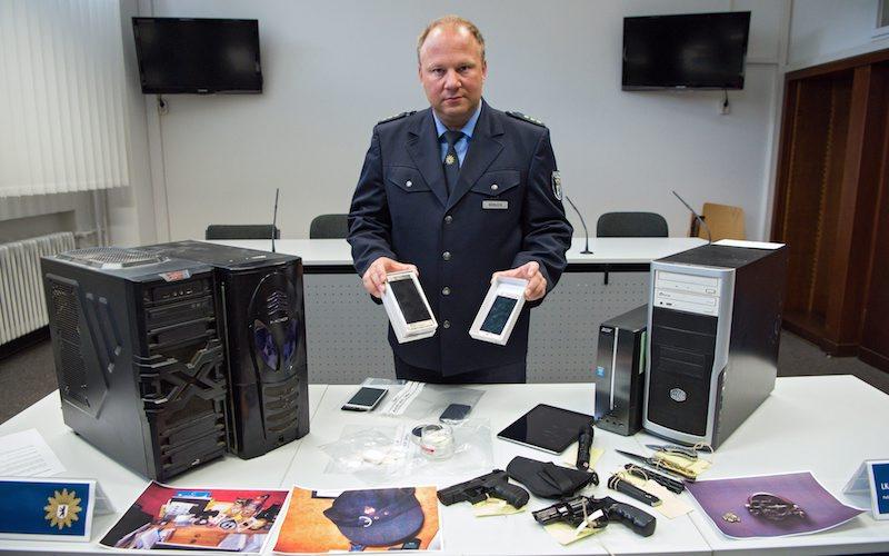 """Телефони, оръжия, наркотици и компютри на """"хейтър"""", конфискувани от германската полиция, ©EPA/БГНЕС"""