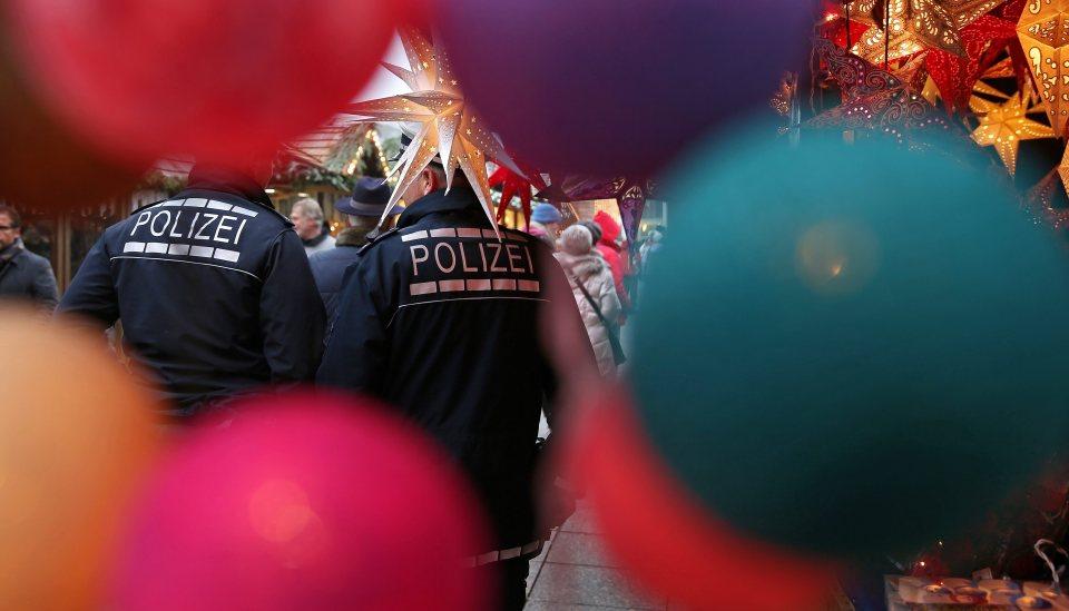 Полицейски патрул на коледен пазар в Улм, Германия. Снимка: ЕРА/БГНЕС