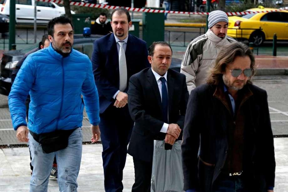 Двама от осемте турски военни на път към изслушването в съда