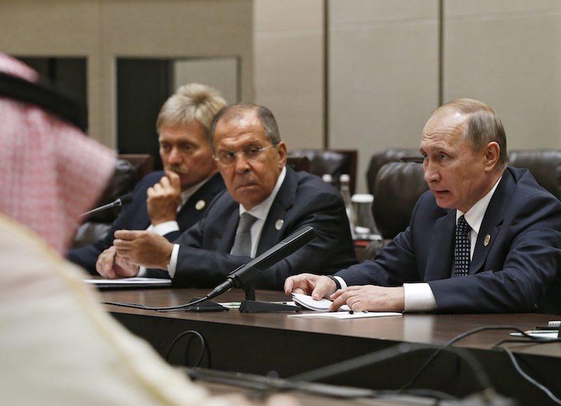 Дмитрий Песков, Сергей Лавров и Владимир Путин, ©EPA/БГНЕС