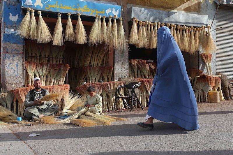 Жена, облечена в бурка в Херат, Афганистан, ©EPA/БГНЕС