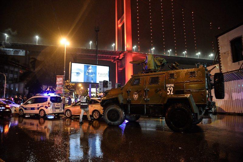 Полицаи обезопасяват периметъра около истанбуския клуб след стрелбата ©EPA/БГНЕС