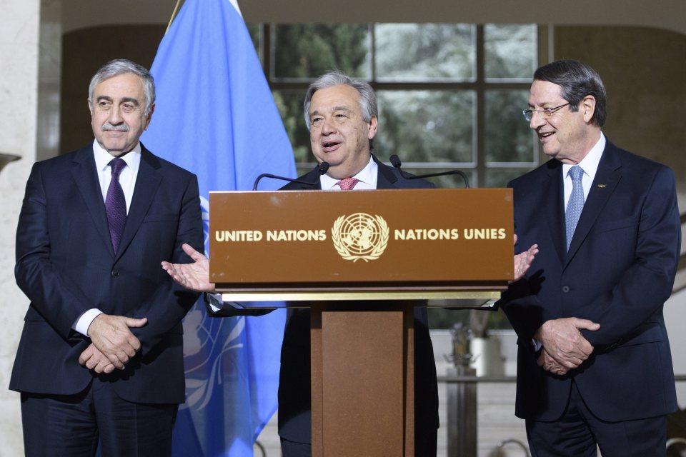 Генералният секретар на ООН Антониу Гутериш заедно с турския кипърски лидер Мустафа Акънджъ (вляво) и лидера на кипърските гърци никос Анастасиадес на срещата в Женева. Снимка: ЕРА/БГНЕС