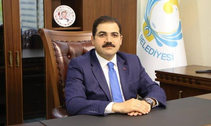 """Haliliye Belediye Başkanı Mehmet Canpolat, 29 Ekim Cumhuriyet Bayramı dolayısıyla bir mesaj yayımladı. Cumhuriyet'in ilanın 97'nci yıl dönümü dolayısıyla yayımladığı mesajında; Cumhuriyet'in türlü zorluk ve imkansızlıklara rağmen ağır bedeller ödenerek kurulduğunu belirten Başkan Canpolat şu ifadelere yer verdi: """"Milletimizin birlik ve beraberliğinin en önemli tezahürü olan Cumhuriyet'in ilanı Türk milletinin, tarihte eşine ender rastlanan bir azim ve irade ile yapılan Kurtuluş Savaşı sonunda kazandığı, tarihindeki en büyük zaferidir. Bu anlamda Cumhuriyet, Türk Milletinin tarih sahnesinde yeniden var oluşunun adıdır. Hakimiyetin kayıtsız şartsız millete ait olduğu Cumhuriyetimizin ilanının 97'nci yıl dönümünde, başta Gazi Mustafa Kemal Atatürk olmak üzere, silah arkadaşlarını ve aziz şehitlerimizi bir kere daha rahmet ve minnetle anıyor, milletimizin bu büyük bayramını yürekten kutluyorum."""""""