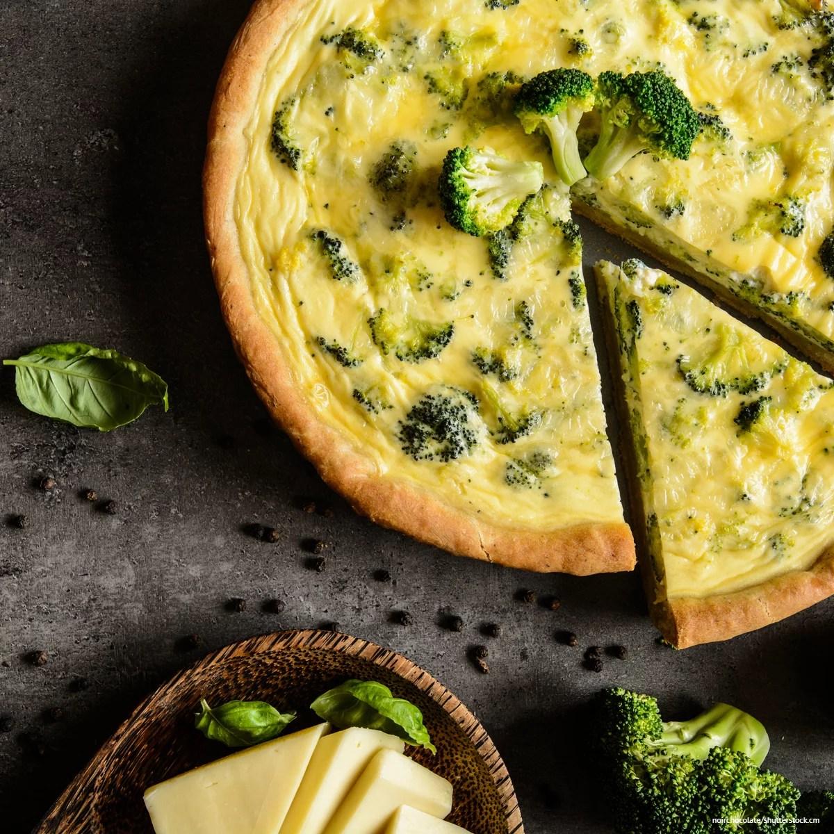 Vegetarische Brokkoli-Quiche mit Feta. Brokkoli enthält Bitterstoffe und trägt zur Vorbeugung eines Vitamin-B12-Mangels bei.