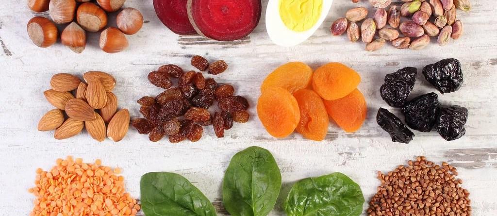 Nüsse, Trockenfrüchte, Gemüse, Ei. Pflanzenbetonte Ernährung kann zu Vitamin-B12- und Eisenmangel führen.