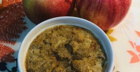 Apfelauflauf mit Mandeln und mit den Vitamin B12 Lebensmitteln Sahne und Ei.